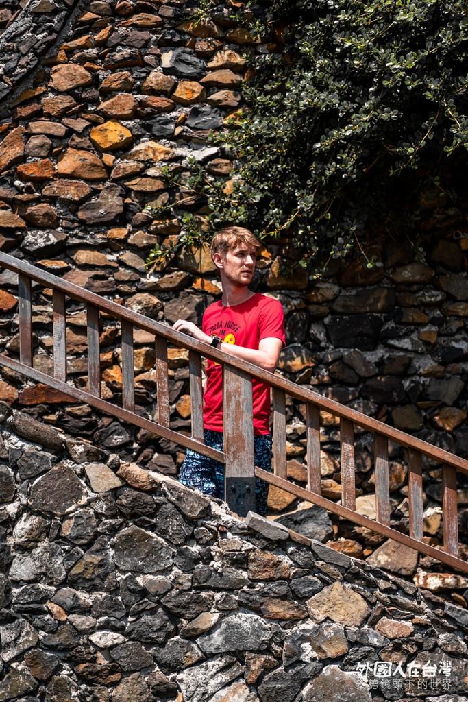 安德在南嶼城階梯拍照