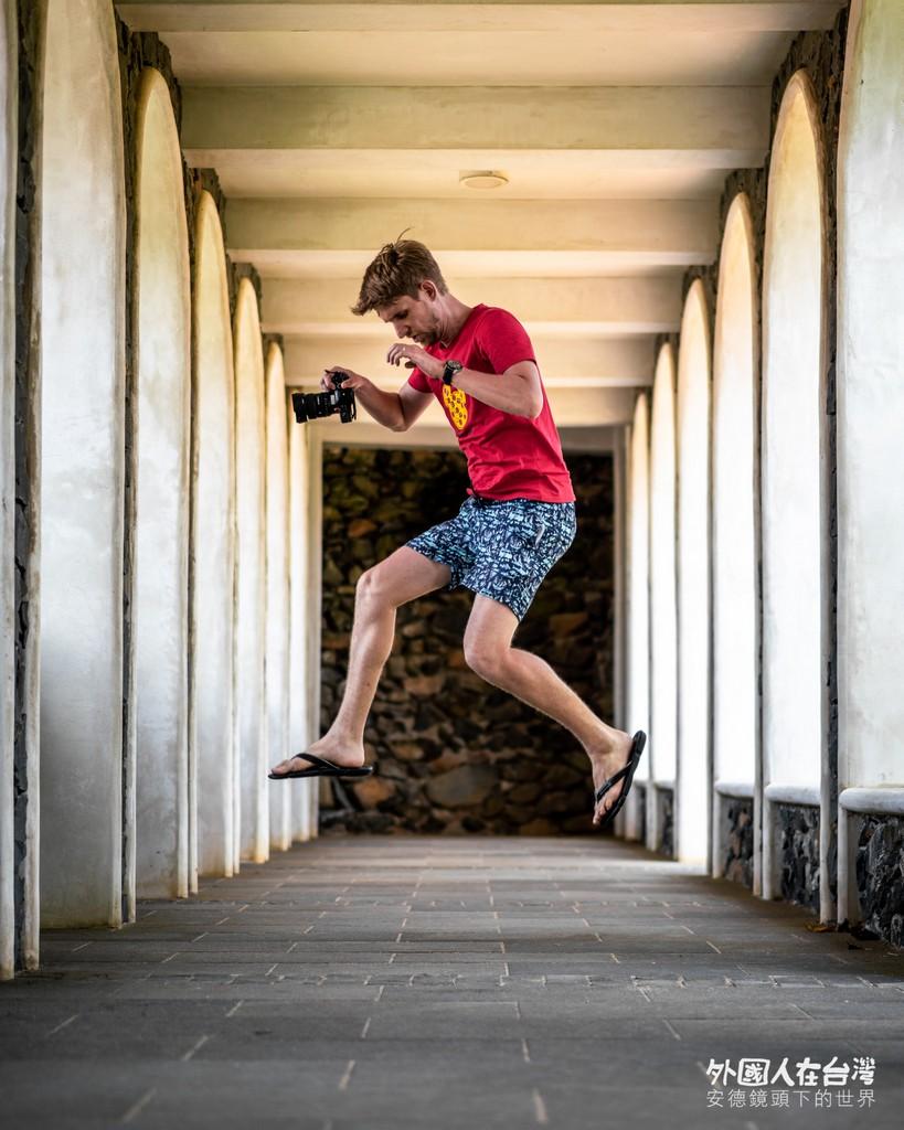 安德在南嶼城城柱中跳躍拍照