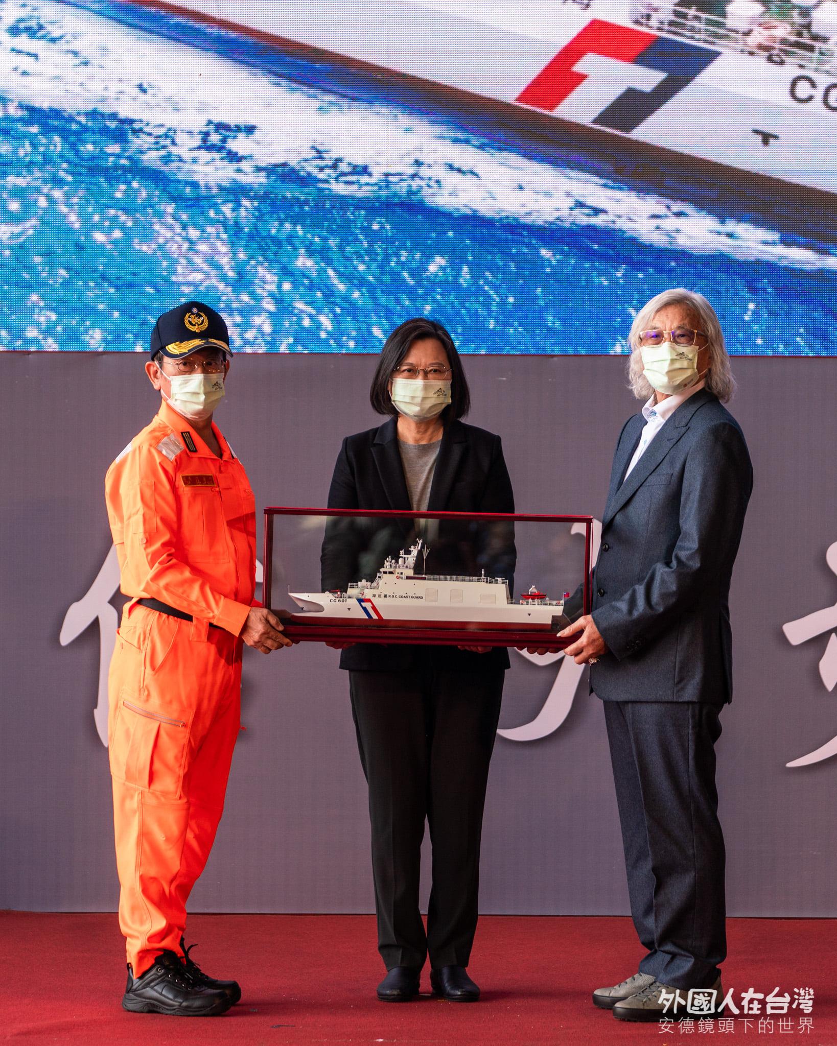 中信造船董事長韓碧祥致贈船模給蔡英文總統